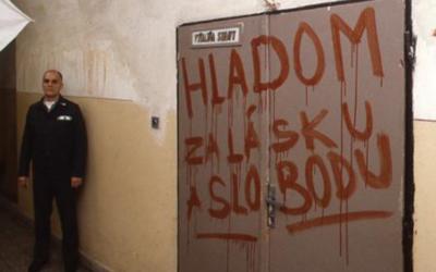 Vězni z Leopoldova měli mačety a sekery. Při zásahu svlékli trestance do naha
