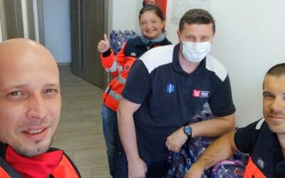 Viac ako 150 záchranárov dostalo pitný režim na boj s koronavírusom. V špeciálnych oblekoch sa vysoké teploty nezvládajú ľahko