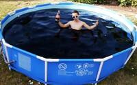 Viac než 5000 litrov Coca-Coly  v bazéne. Pokožka je z nej vraj jemnejšia a vyskúšal si ju aj drahý dron