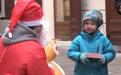 Vianoce sú o rozdávaní. Exploited preto v Bratislave obdaroval okoloidúcich drobnosťami, ktoré im vyčarili úsmevy na tvárach
