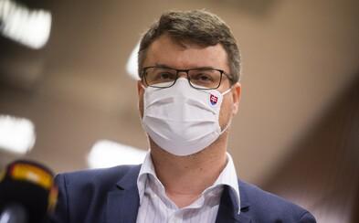 Vicepremiér Holý nechce povedať, či pricestoval z Británie s negatívnym PCR testom. Medzitým sa nakazili premiér aj ministri