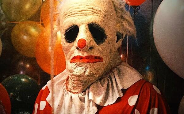 Videá hrozivého klauna spustili na Floride paniku. Prečo neznámy muž desí malé deti?