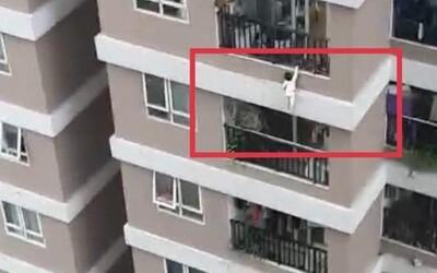 Video: 2-ročné dievčatko prežilo pád z 12. poschodia. Život mu zachránil okoloidúci šofér dodávky