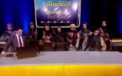 VIDEO: Afghánský moderátor v televizním přenosu utvrzoval diváky, že se není třeba bát vlády Tálibánu. Za zády měl ozbrojence