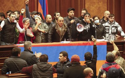 VIDEO: Arméni obsadili parlament. Odmítají se vzdát Náhorního Karabachu