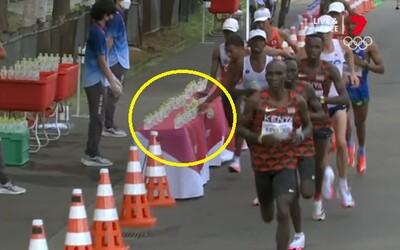 VIDEO: Běžec během maratonu shodil láhve s vodou. Lidé se nedokáží shodnout, zda to udělal záměrně