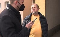 """VIDEO: """"Bezrúškovec"""" Harabin s reportérom zavolali na políciu. Kým prišla hliadka, bývalý sudca sa skryl v byte"""
