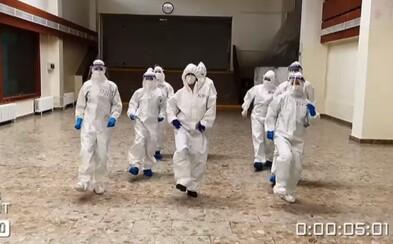 VIDEO: Bratislavskí zdravotníci si počas skríningu nacvičili chytľavý tanček, ktorý je hitom sociálnych sietí