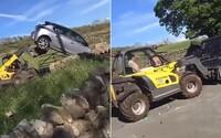 VIDEO: Brita naštvalo auto, ktoré parkovalo pred jeho bránou. Zobral bager a prevrátil ho