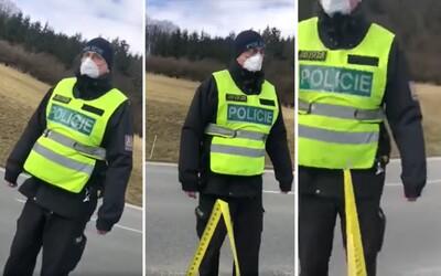 VIDEO: Čech vytáhl na policisty z auta metr. Žádal, aby dodrželi dvoumetrový odstup zamezující šíření koronaviru