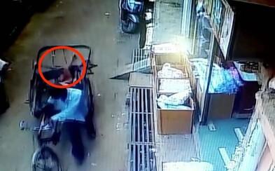 Video: Chlapček vypadol rodičom z druhého poschodia. Ako zázrakom sa mu nič nestalo, dopadol na vozík prechádzajúci okolo