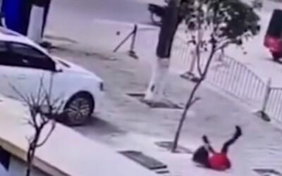 VIDEO: Chlapec v Číne hodil do kanála petardu. Vyletel 3 metre do výšky