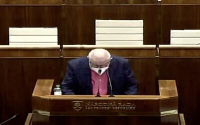 VIDEO: Čiarka, bodka, úvodzovka, zátvorka. Poslanec OĽaNO zabáva Slovákov, v parlamente čítal z papiera aj interpunkčné znamienka