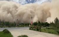 VIDEO: Čínské město pohltila masivní písečná bouře. Mrak byl vysoký přes 100 metrů a vše zbarvil do žluta