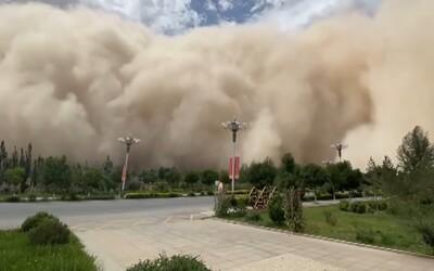 VIDEO: Čínské město pohltila masivní písečná bouře. Mrak byl vysoký přes 100 metrů a vše zbarvil dožluta