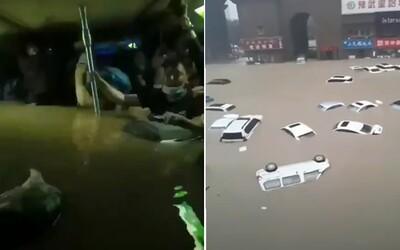 VIDEO: Čínu zasiahla tisícročná voda. Ľudia zomierali uväznení vo vagóne metra, keď za tri dni napadlo toľko dažďa ako za celý rok