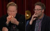 VIDEO: Conan O'Brien si se Sethem Rogenem zapálil jointa. Jelikož jeho show končí, nebál se provokovat