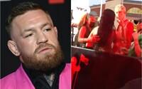 VIDEO: Conor McGregor a raper Machine Gun Kelly se skoro poprali na červeném koberci. Situaci zachraňovala Megan Fox