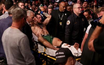 VIDEO: Conor McGregor si zlomil kotník, klec opouštěl na nosítkách