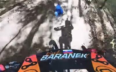 VIDEO: Cyklista v Hriňovej minul malého chlapca po skoku len o pár centimetrov. Na trase však chlapec nemal čo robiť