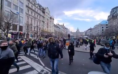 VIDEO: Demonstranti proti nařízením se v Praze vydali na pochod k Úřadu vlády