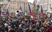 VIDEO: Demonštranti v Prahe zaplnili Staromestské námestie. Požadujú otvorenie Česka