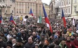VIDEO: Demonstranti v Praze zaplnili Staroměstské náměstí. Požadují otevření Česka