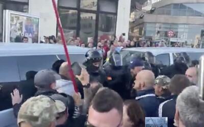 """VIDEO: Demonštranti zablokovali cesty. Kričali """"Gestapo"""" a agresívne útočili na policajtov"""