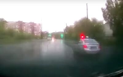 Video: Desetiletý Rus jezdil rychlostí 160 kilometrů za hodinu. Prý se nudil v karanténě, a tak chtěl navštívit babičku