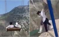 VIDEO: Dívky se houpaly nad nejhlubší propastí v Evropě, v dvoukilometrové výšce se roztrhly řetězy, které je držely