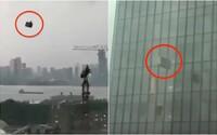 VIDEO: Drastická smrt čističů oken v Číně. Dvacet minut létali uvěznění ve větru a naráželi do budov