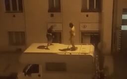 VIDEO: Dvě osoby v Praze tančily na střeše obytného vozu, teď po nich pátrá policie