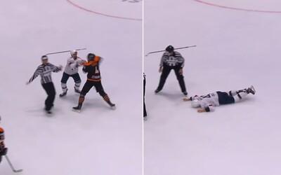 VIDEO: Hokejista jedním úderem vypnul soupeře. Ten si po tvrdém dopadu na led nic z rvačky nepamatuje