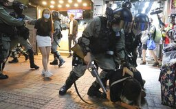 VIDEO: Hong Kongem otřásl zákrok těžkooděnců proti 12leté dívce