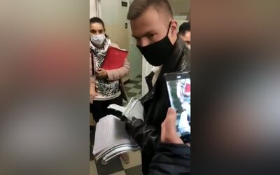 VIDEO: Internet je plný videí ukazujících podvádění u voleb v Rusku. Lidé volí víckrát, někdy i se stovkami lístků najednou