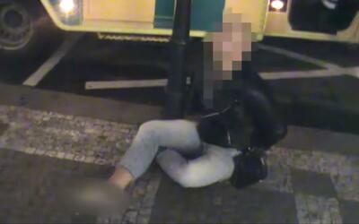 VIDEO: Já jsem otec stvořitel, váš čas vypršel, křičel na policisty muž v Praze. Další útočil prknem s hřebíky