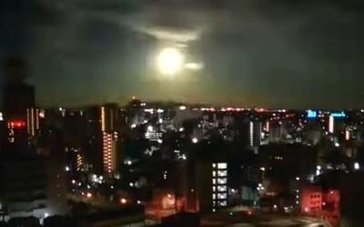 """VIDEO: Japonsko ozářila """"ohnivá koule"""". O co šlo?"""