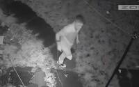 VIDEO: Jednonohý muž ukradl sousedům PlayStation a tenisky. Zloděje odhalila průmyslová kamera