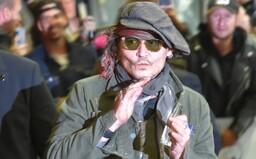 VIDEO: Johnny Depp prišiel do Karlových Varov. S fanúšikmi si na ulici zavtipkoval