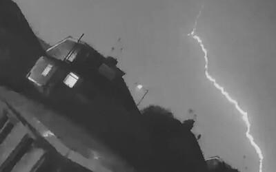 Video: Letadlo s množstvím pasažérů zasáhl blesk z bouře Sabine
