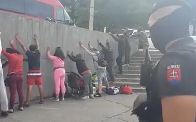 VIDEO: Ľudia s rukami nad hlavou opretí o múr, ktorých obchádzajú policajti. Prečo boli v Pentagóne dve policajné akcie?