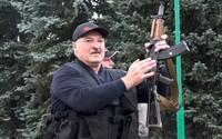 VIDEO: Lukašenko a jeho 15letý syn Kolja se procházeli po Minsku s útočnými puškami