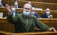 VIDEO: Marian Kotleba blokoval rečnícky pult, museli ho vykázať zo sály. Premiér je psychopat, kričal v parlamete