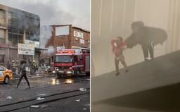 VIDEO: Matka hodila svoje dieťa z balkóna horiacej budovy do davu cudzích ľudí. Nepokoje v Juhoafrickej republike pretrvávajú