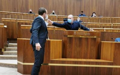 VIDEO: Mazurek je urevaný nácek, ukazoval poslanec Žiak, keď člen ĽSNS rozprával. Strčil doňho, ale papier mu vytrhol až Suja