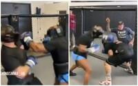 VIDEO: Mike Tyson řádí v MMA kleci. Sleduj, jak mlátí svého sparring partnera na tréninku