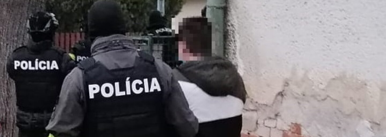 VIDEO: Mladík hodil do mestských policajtov v centre Bratislavy veľký kovový stôl. Prišli nás len upozorniť, tvrdí svedok