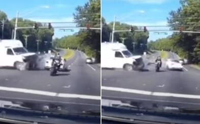 Video: Motorkář zázračně prosvištěl přes křižovatku, kde došlo k autonehodě. Jde o realitu, nebo kvalitní CGI?