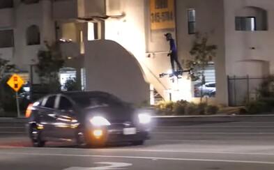 VIDEO: Muž lietal na ceste s hoverboardom. S autami zastavil na červenú a pokračoval ďalej