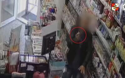 VIDEO: Muž s injekční stříkačkou přepadl trafiku. Prodavačce nařídil, aby na něj zavolala policii